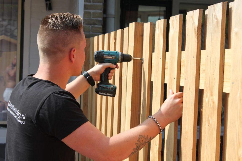 Hout-Beton schutting aanleggen door Direct Bestrating