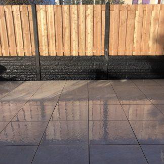 Hout-Beton schutting met rots motief onderplaten bij Directbestrating